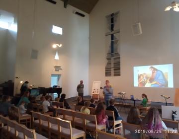 Lastekirik suures saalis - õpetaja Anu räägib lugu