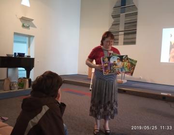 Õpetaja Külli näitab pilte