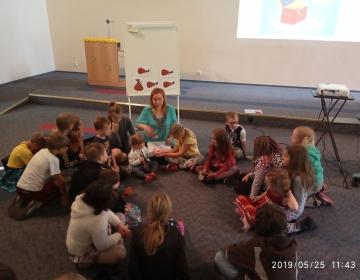 Õpetaja Nadja lastega suures saalis