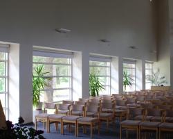 Kirikusaali sisevaade akende poolt